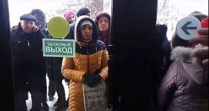 В Симферополе толпа устроила давку у офиса МФЦ