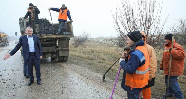 Глава Крыма застал дорожников за непотребным делом - асфальт укладывали в лужи