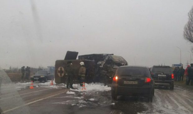 Авария в Евпатории: сгорели военный санавтомобиль и фургон с молоком