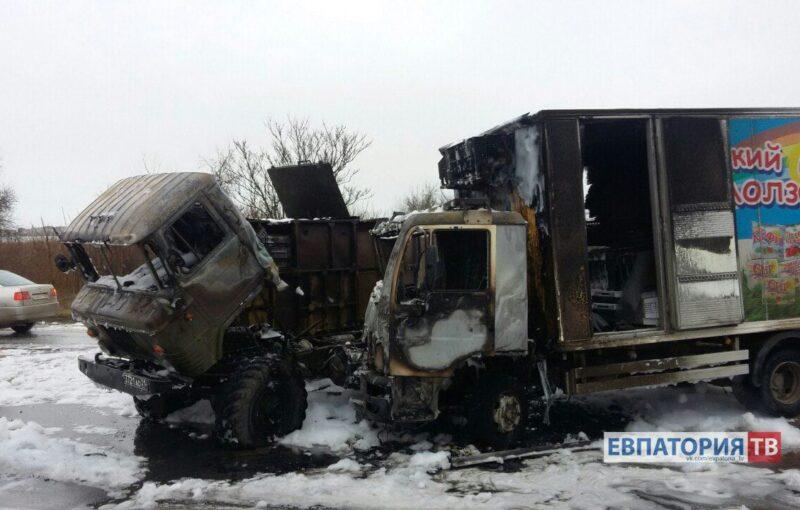 Сгорели военный санавтомобиль ифургон смолоком— Авария вЕвпатории