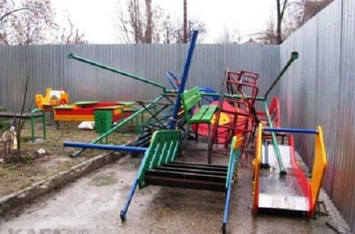 В Феодосии демонтировали детскую площадку на ул. Федько