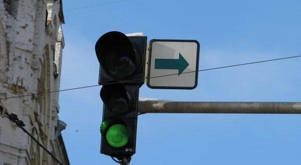 С крымских светофоров уберут «зеленые стрелочки»