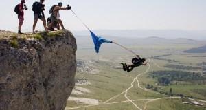 Бейсджампинг в Крыму может быть опасным: парашютистка зацепилась за скалу