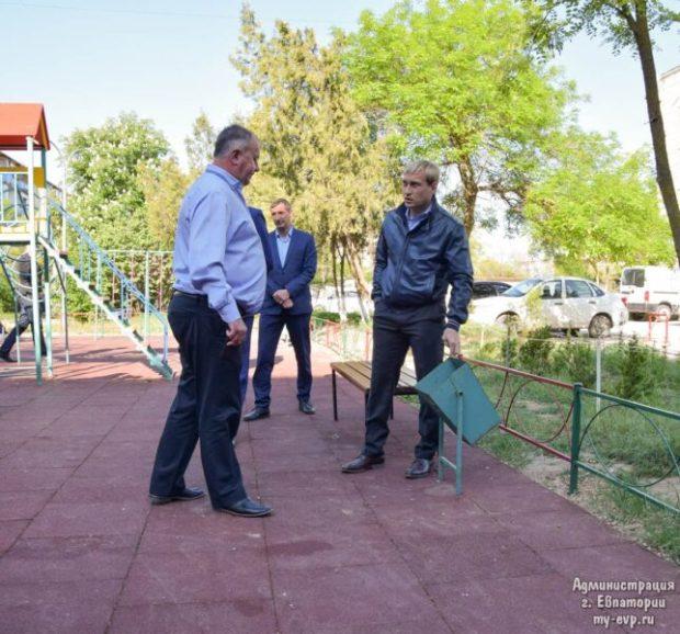 Глава администрации Евпатории Андрей Филонов пошёл по дворам