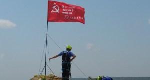 На трех вершинах гор водружены Знамена Победы