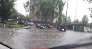 Непогода в Крыму: ливень, град, машины в пробках и асфальт в луже