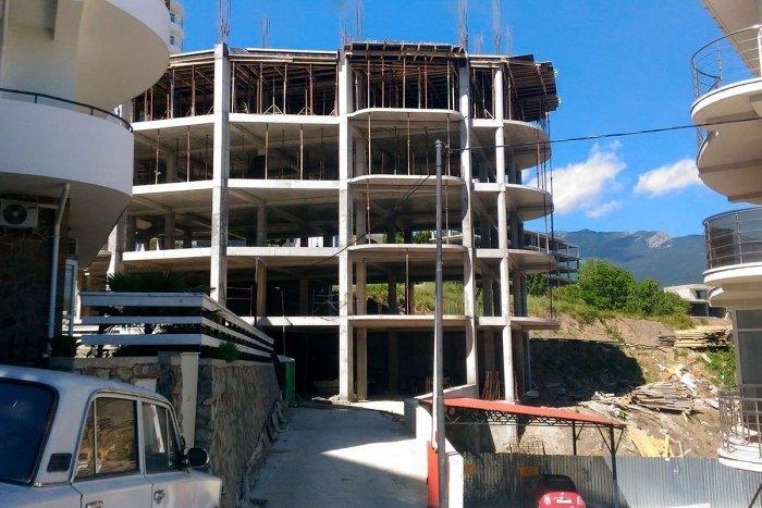 На ЮБК застройщик вместо частного дома возвёл многоэтажку