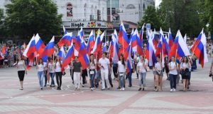 В Симферополе в торжественном шествии по центру города приняли участие свыше двух тысяч человек