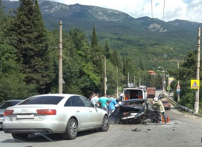 ДТП на трассе «Симферополь – Ялта» в районе Гурзуфа. ВАЗ восстановлению не подлежит