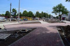 У Центрального рынка Симферополя укладывают тротуарную плитку