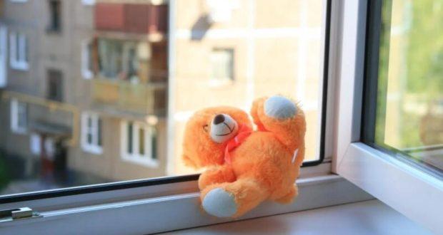 В Севастополе из окна квартиры многоэтажки выпала двухлетняя девочка