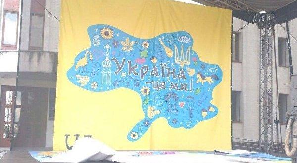 На Украине - скандал: в Броварах на сцене разместили карту без Крыма и без Донбасса