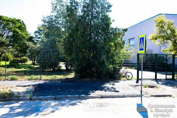Вокруг школ Евпатории отремонтировали тротуары
