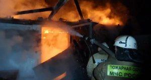И ещё один автопогорелец - в пгт. Куйбышево машина сгорела вместе с гаражом
