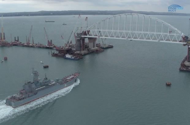 Большой десантный корабль Черноморского флота «Азов» прошел под аркой Керченского моста