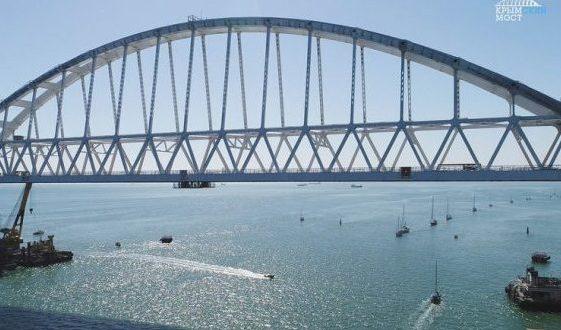 Под ж/д аркой Керченского моста прошли яхты из 20 регионов России
