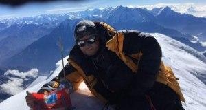 Флаг Севастополя на вершине Дхаулагири в Гималаях