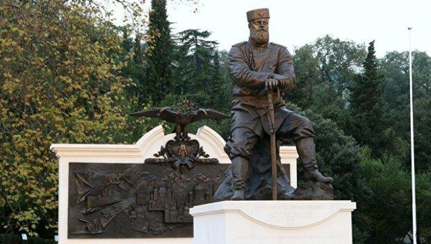 Президент России Владимир Путин в Ливадии открыл памятник императору Александру Третьему