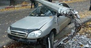 В Феодосии спасатели деблокировали автомобиль, столкнувшийся с электроопорой