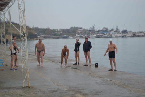 Севастопольские «моржи» открыли сезон зимнего плавания