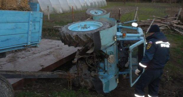 Выходные спасателей «КРЫМ-СПАС»: перевернутый трактор и застрявшая в грязи легковушка