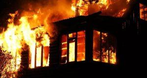 В микрорайоне Каменка в Симферополе сгорел жилой дом. Пожарные к нему подъехать не смогли
