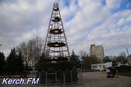 В Керчи устанавливают новогоднюю ёлку