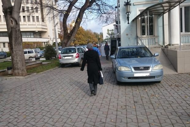 Администрация Симферополя предупреждает: за парковку на тротуарах и зелёных зонах - штраф