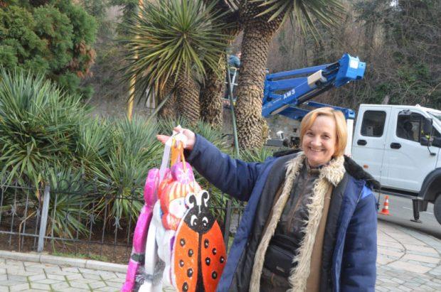 Секвойядендрон Никитского ботанического сада превратился в новогоднее дерево!