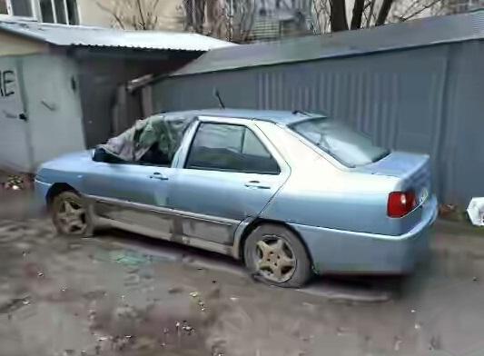 Во дворах Симферополя неизвестные люди режут шины, бьют стекла автомобилей