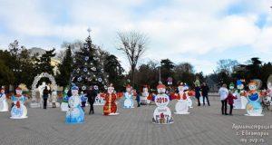 На Театральной площади Евпатории теперь живут снеговики