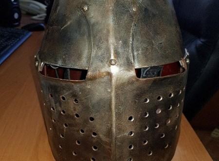 В Феодосии студент украл из музея рыцарский шлем. Полиция «джентльмена удачи» задержала