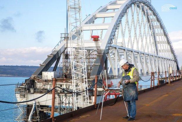 В Симферополе открылась выставка, посвященная Крымскому мосту
