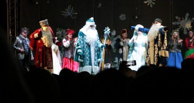 Главную ёлку Судака зажгли сразу три Деда Мороза