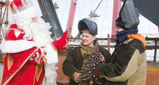 Крымский мост показал свою новогоднюю ёлку, пожелав не пропустить главное открытие 2018 года