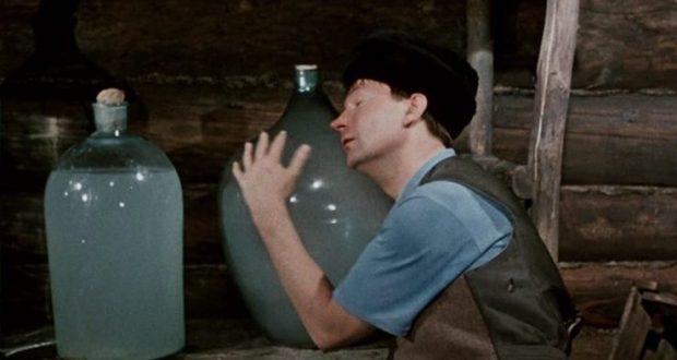 """В центре Керчи торговали самогоном. """"Магазинчик"""" работал в квартире многоэтажки"""