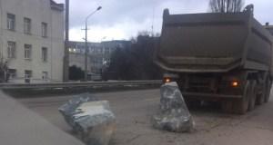 Вот так едешь по Симферополю за грузовиком, и тут бац, булыжник