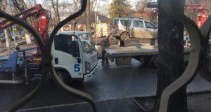В Симферополе эвакуаторы не ограничиваются улицами. Во дворах тоже «легкая добыча»