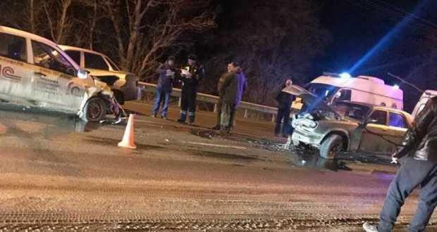 ДТП в Крыму: 17 января. Капот, открывшийся на ходу, стал причиной двойной аварии. Четверо пострадавших