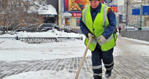 Коммунальщики Симферополя борются со льдом и снегом
