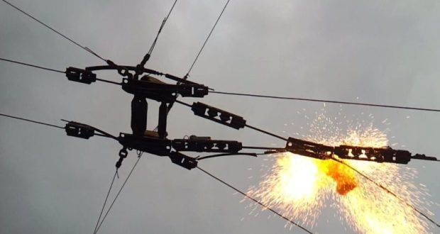 Обрыв проводов на Евпаторийском шоссе в Симферополе. Результат ЧП : столкновение двух автомобилей и затор