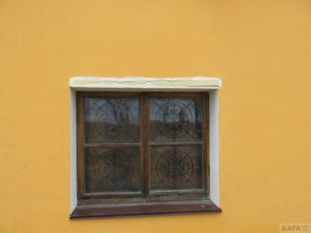 На недавно отремонтированном фасаде картинной галереи им.Айвазовского появились трещины