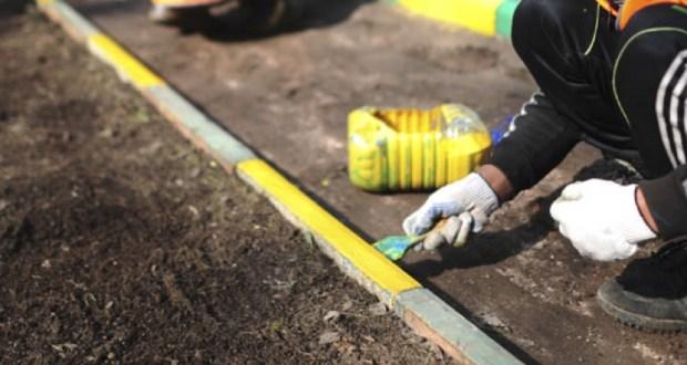 В Симферополе приступили к уборке подбордюрной полосы