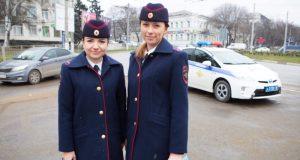 В Симферополе сотрудницы ГИБДД поздравляли водителей с Днем Защитника Отечества