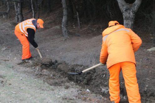 В Севастополе расчищают водостоки и тротуары вдоль основных трасс