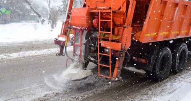 На улицы Симферополя уже высыпали более 126 тонн реагента