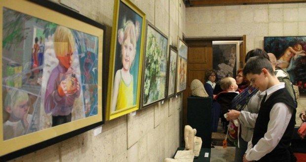 """Выставка """"Женщины, цветы, коты и дети"""" в Керчи"""