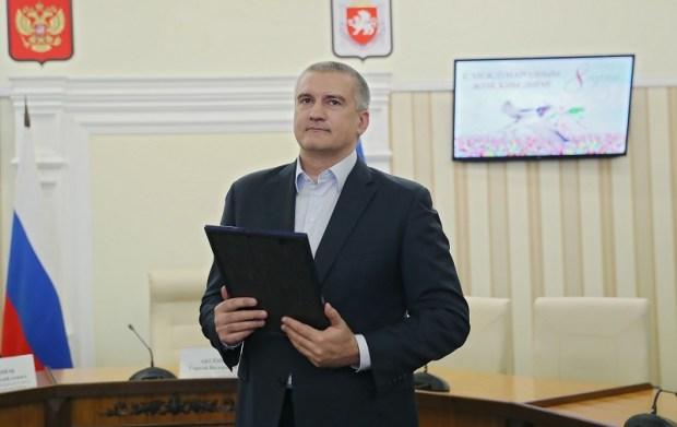 Как Аксёнов крымских женщин поздравлял
