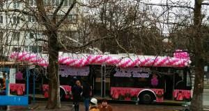 Троллейбусы – в «тренде». В Симферополе разъезжает розовый троллейбус в тюльпанах и шариках