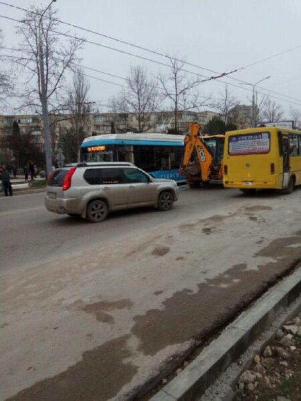 Нелепое ДТП в Севастополе: экскаватор столкнулся с троллейбусом